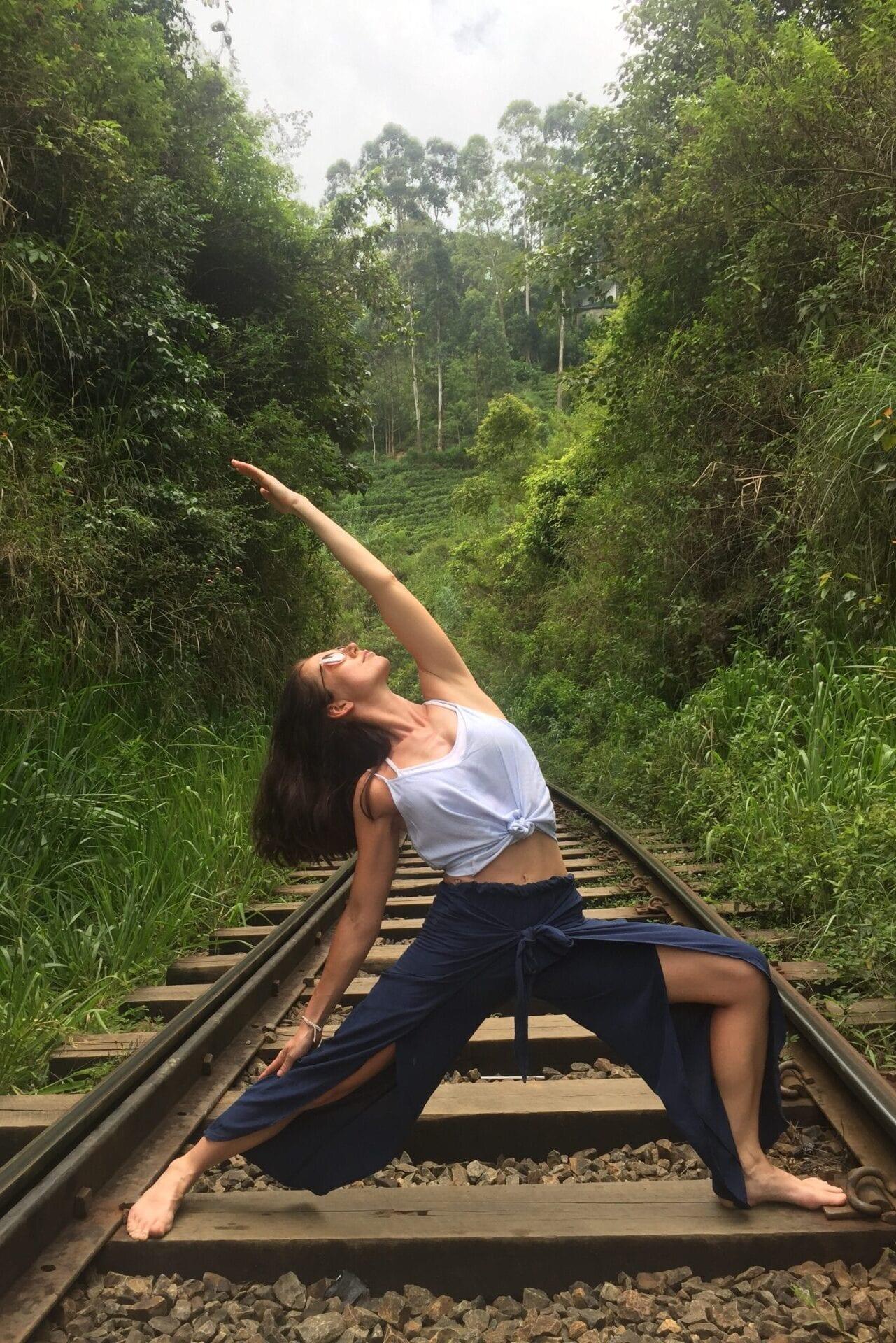 Magdalena Klížová focená při bojovníkovi na kolejích v Elle na Srí Lance, nádherná zeleň za ní