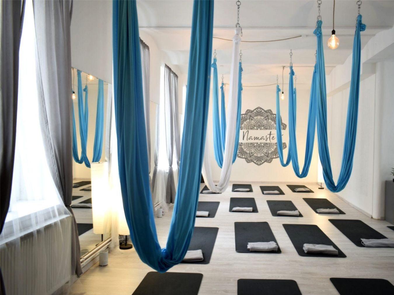jóga Liberec a Turnov, studio v Liberci, kde visí sítě dolů a na zemi jsou připravené podložky pro následující lekci, jóga Liberec a Turnov