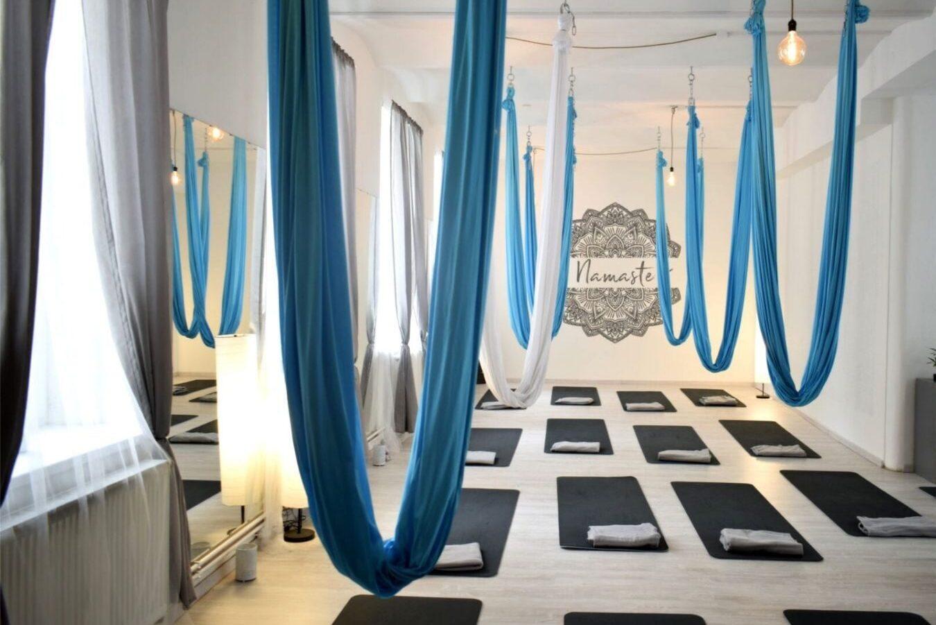 jóga Liberec a Turnov, studio v Liberci, kde visí sítě dolů a na zemi jsou připravené podložky pro následující lekci, jóga Liberec a Turnov, jóga Liberec