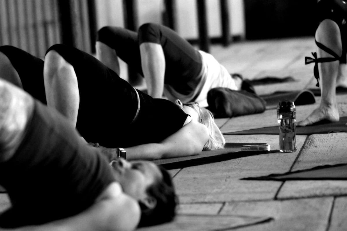 foto z jógový festival Nádech, tři ženy právě provádí asány, leží na jógamatkách přičemž jsou v kontaktu s masivní dřevěnou podlahou, jóga Liberec a Turnov, ceník jogy v Libereci a Turnově