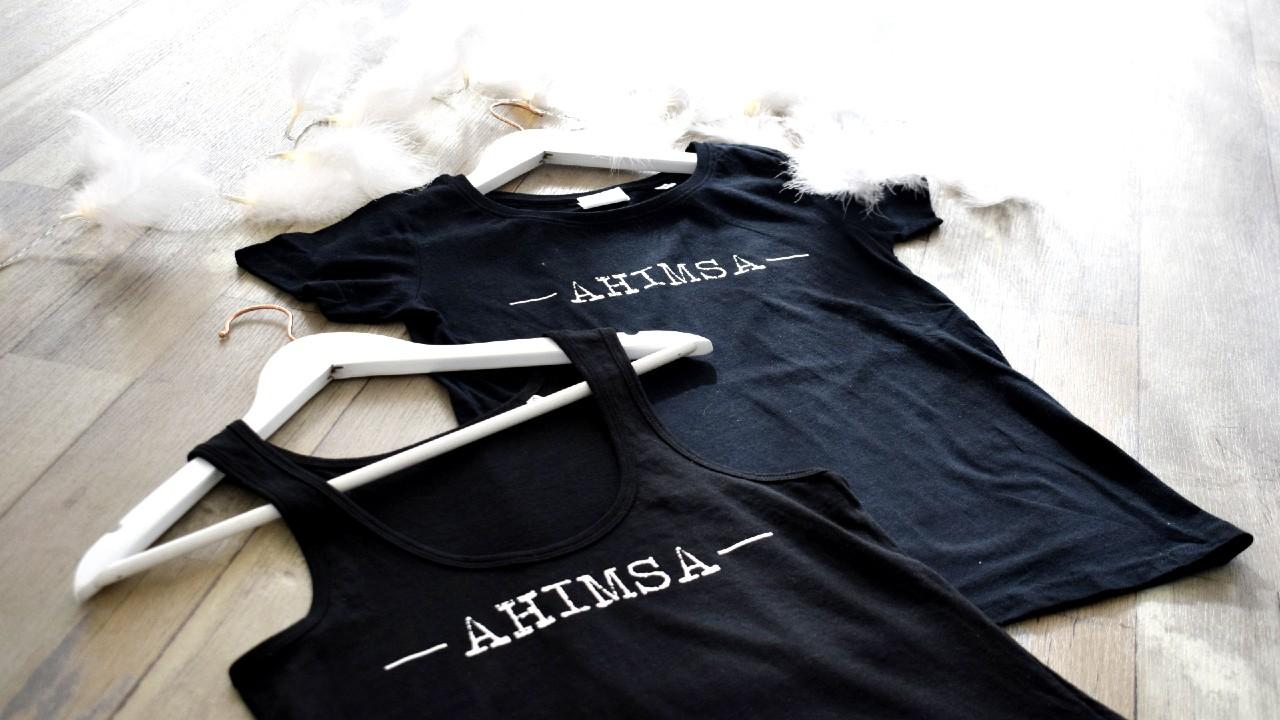 tílko a tričko v černé s bílým nápisem