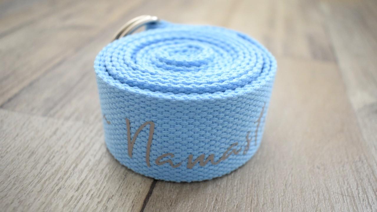 modrá pásek na jógu s šedým npisem namaste