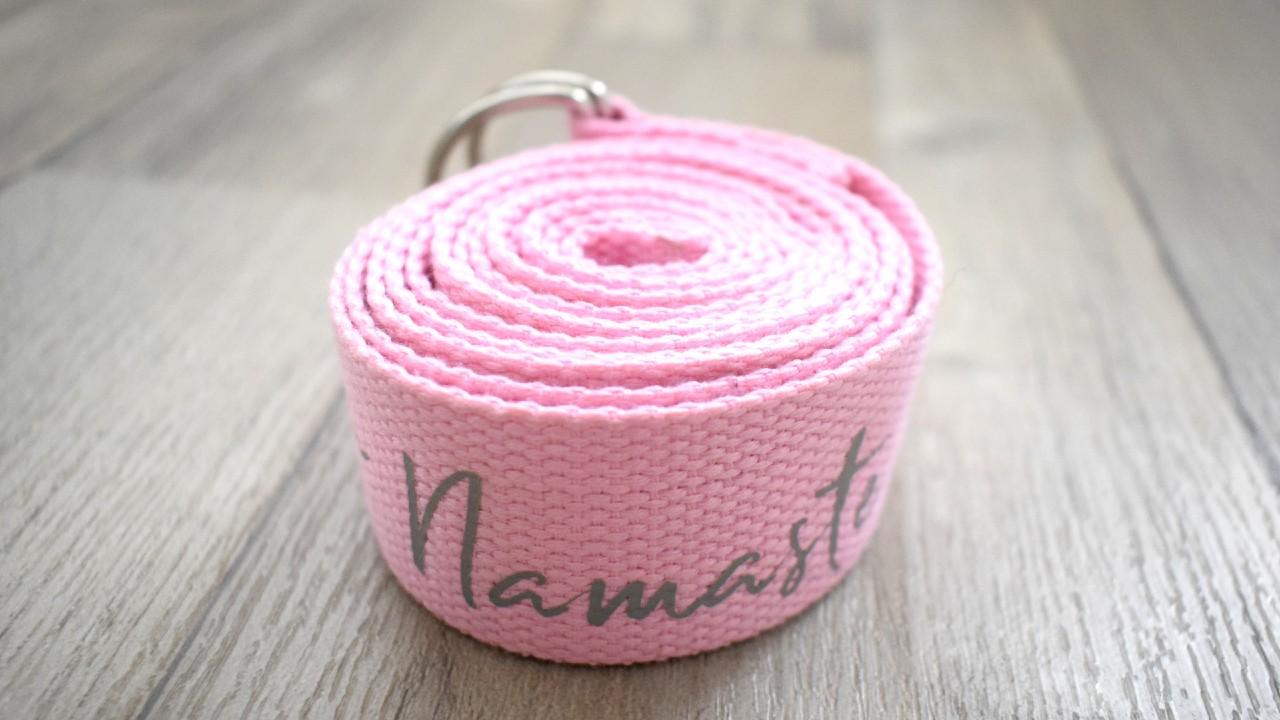 růžový jógový pásek s šedým nápisem namaste