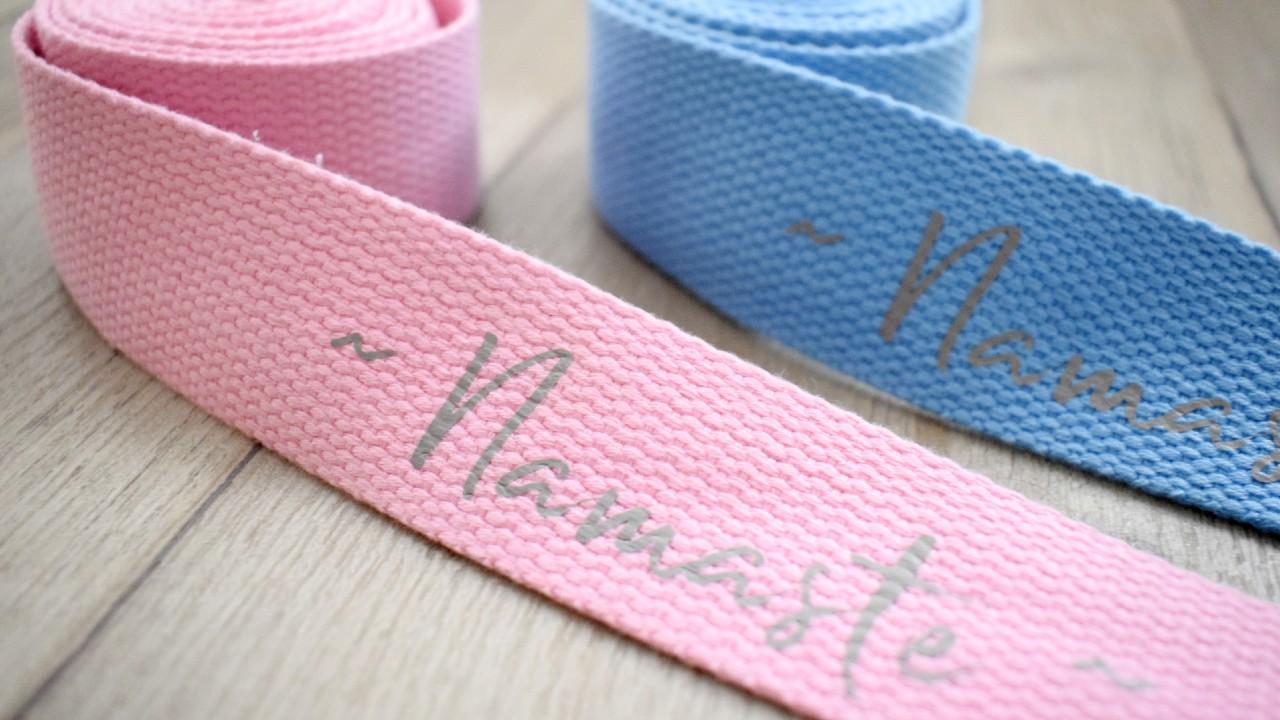 modrý a růžový pásek na jógu