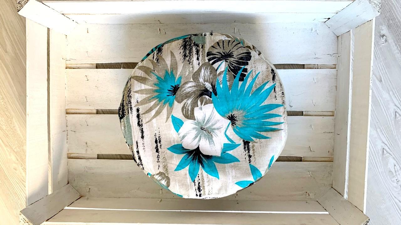 meditační polštářek s modro šedými květy v bílé krabici