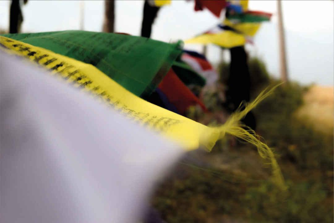 budhistické vlaječky různých barevvlají ve větru, jóga Liberec a Turnov