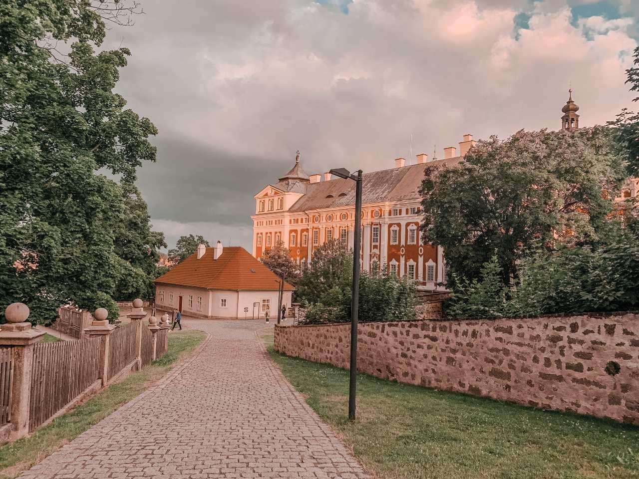 malá ulička vedoucí ke klášteru v Broumově s kamenou zídkou a lampout na jóga víkend