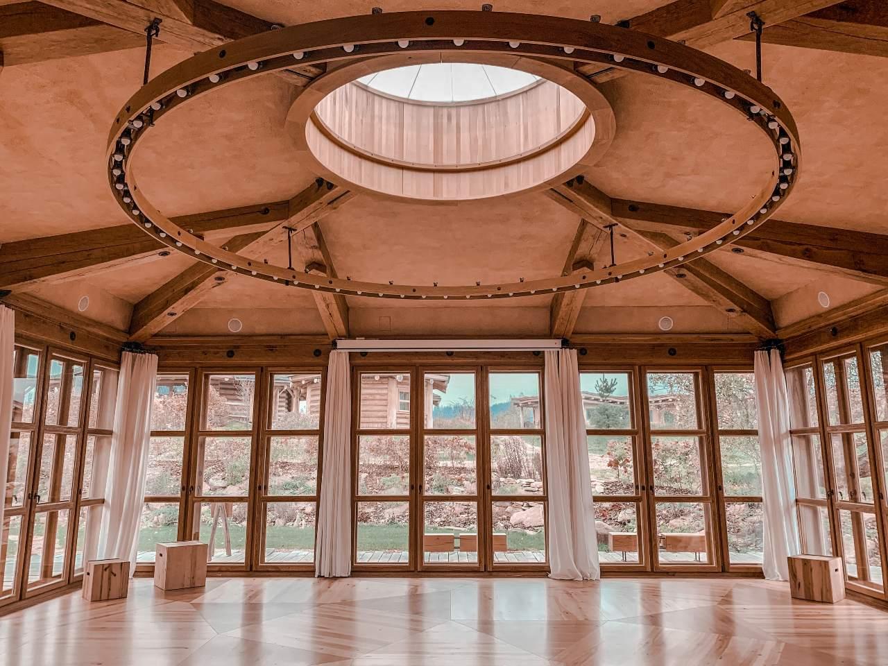 jógový sál pohled na strop